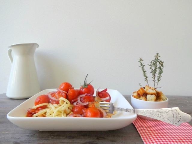 Linguine mit fruchtigem Sugo & Thymian-Croutons