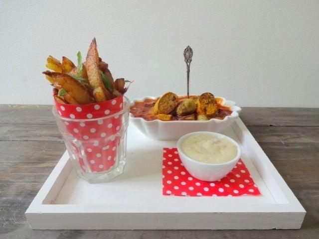 vegane Currywurst, Salbei-Pommes & Limettenmayo