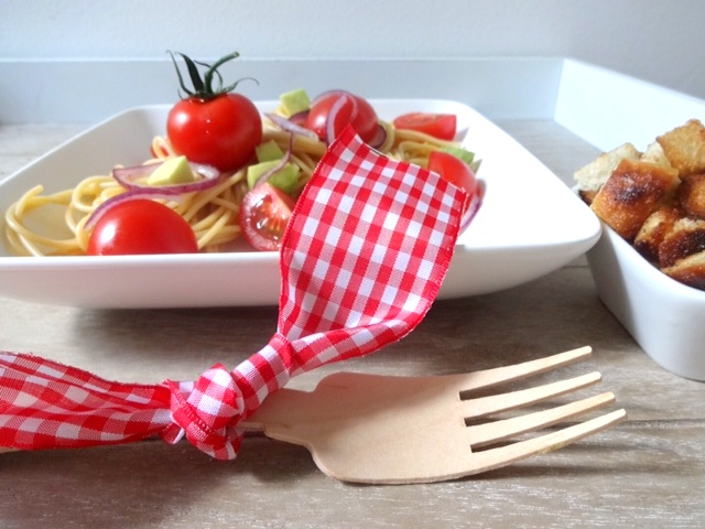 Spaghetti mit Avocado und Tomaten